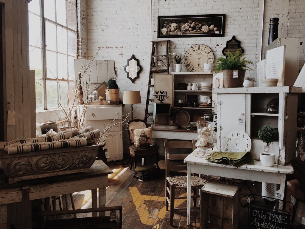 Mit antiken Möbeln zu Hause Atmosphäre schaffen - Dein Bestes Leben